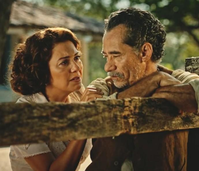 Eulália (Fabiula Nascimento) e Belmiro (Chico Diaz) são amigos (Foto: TV Globo)