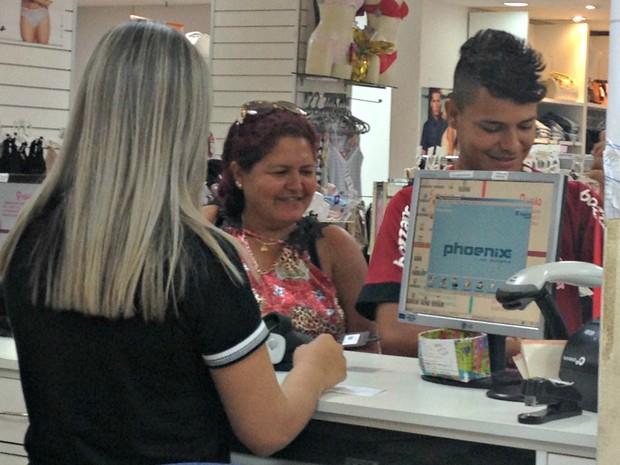 Operador de Caixa e consumidor (Foto: Hosana Morais/G1)
