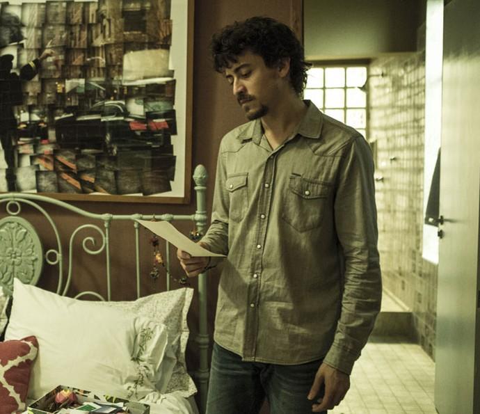 Vicente encontra carta de Isabela (Foto: Ellen Soares/Gshow)