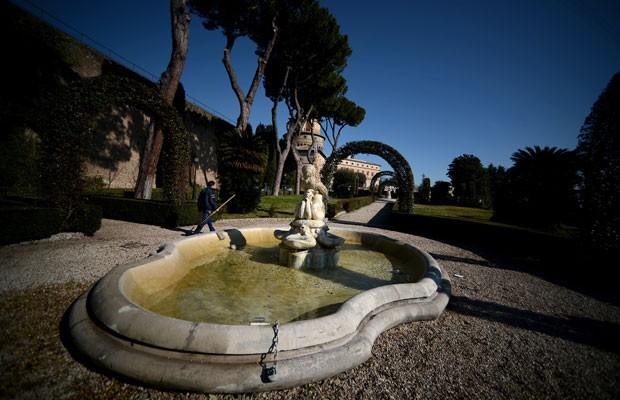 Imagem mostra os jardins do Vaticano, nesta terça (Foto: Filippo Monteforte/AFP)