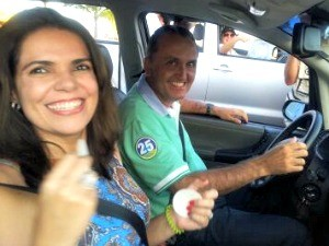 Rodney sai para comemorar a vitória com família e apoiadores, em Vila Velha (Foto: Juirana Nobres/ G1)