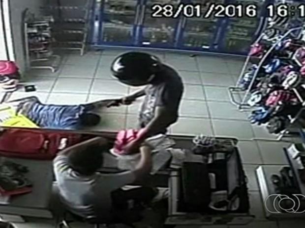 Ladrão volta para roubar chinelo e ainda pede para embrulhar em Goiânia, Goiás (Foto: Reprodução/ TV Anhanguera)