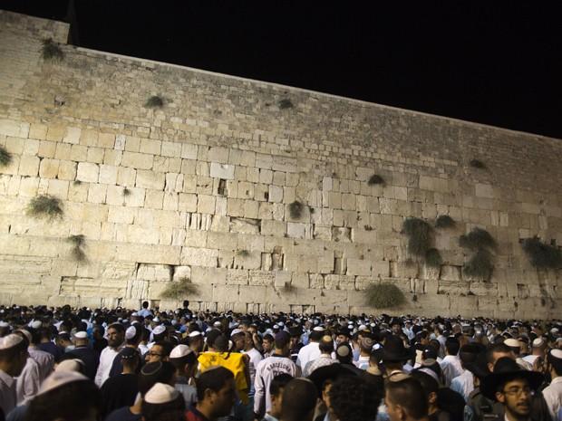 Multidão se reuniu em frente ao Muro das Lamentações, local sagrado de Jerusalém, para celebrar a passagem para o ano 5773 no calendário hebreu na noite deste domingo (16) (Foto: AFP/Menahem Kahana)