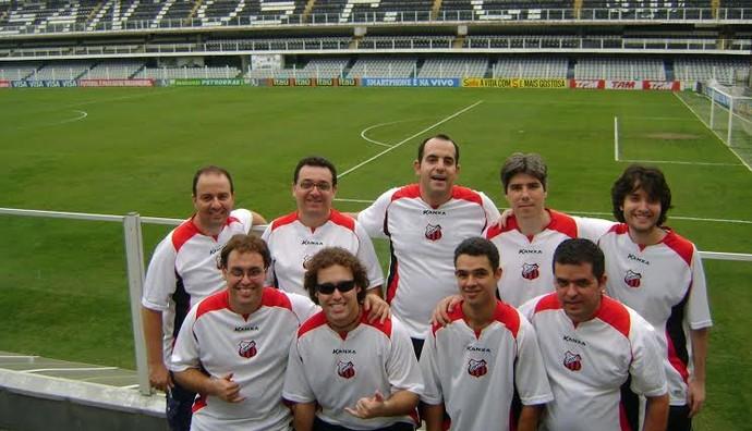 Equipe de futebol de botão na Vila Belmiro, para a final do Campennato Paulista de 2010 (Foto: João Pedro Januário / Arquivo Pessoal)