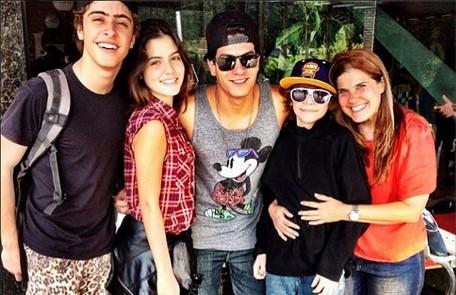 Elenco jovem - Eike Duarte e os estreantes Julia Dalavia e Vinni Mazzola com a preparadora de elenco Rosana Garcia Arquivo pessoal