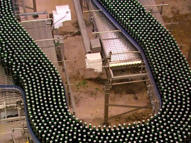 Cervejaria reutiliza água para lavar 100 mil garrafas por hora (Foto: Reginaldo dos Santos / EPTV)