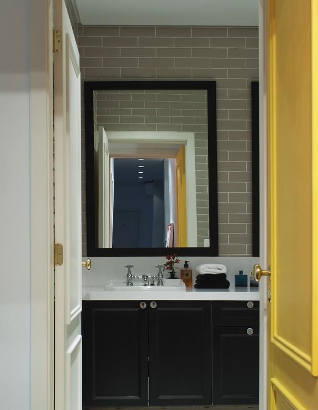 Banheiro | Tem armário de MDF Microtextura Preta, da Florense. No piso, pastilha hexagonal Preta e Branca, da Mazza. Na parede, revestimento Liverpool Portland, da Portobello Shop.  (Foto: Celia Weiss/Divulgação)
