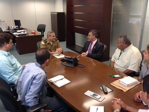Coronel Bicalho junto com o deputado Jean Freire e o prefeito de Araçuaí, Armando Paixão. (Foto: Mariana Starling)