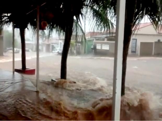 Enxurrada transforma rua em 'rio' em Sumaré  (Foto: Reprodução/EPTV)