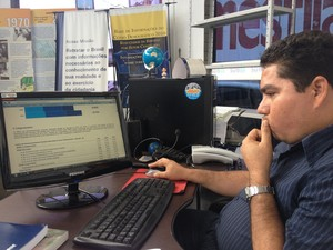 Técnico do IBGE AP, Joel Lima, analisando os dados do IDHM no Amapá (Foto: Graziela Miranda/G1)
