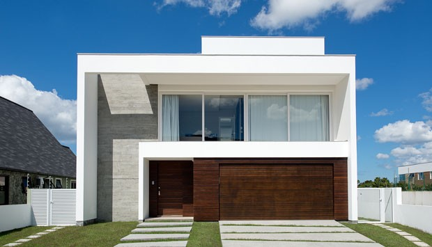 Casa minimalista elimina parede entre sala e piscina for Fachadas de casas modernas 1 pavimento
