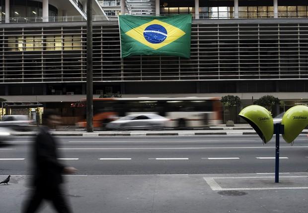 Transeuntes passam pelo Conjunto Nacional, na Avenida Paulista, decorado com bandeira do Brasil durante a Copa do Mundo (Foto: Keiny Andrade/LatinContent/Getty Images)