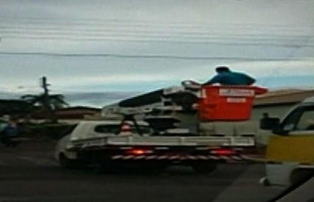 Homem foi flagrado em cima de caminhão sem nenhuma proteção (Foto: Reprodução/TV Anhanguera)