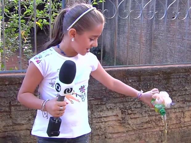 Jordana Rodrigues, de 9 anos, combate focos do mosquito da dengue Bela Vista de Goiás (Foto: Reprodução/TV Anhanguera)