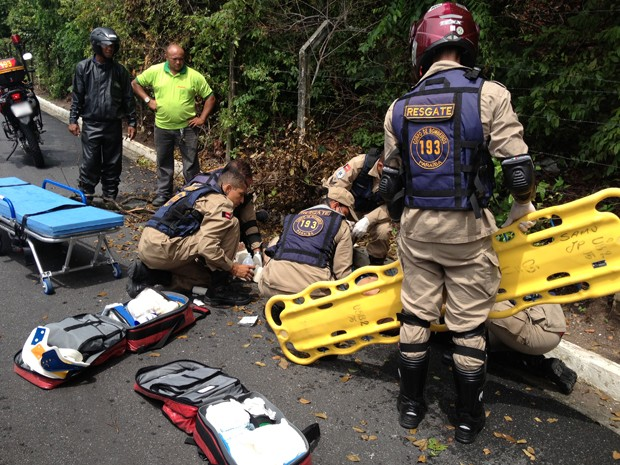 Um motociclista fraturou a perna esquerda após sofrer um acidente provocado pela queda de um galho, na Rua Edvaldo Cavalcanti Pinho, no bairro de Cabo Branco em João Pessoa na manhã desta segunda-feira (29). De acordo com o Corpo de Bombeiros, responsável pelo atendimento ao motociclista, a vítima estava só no momento do acidente. O motociclista afirmou que o galho caiu sobre ele no momento em que ele passava pela rua. Ele foi encaminhado pelo Corpo de Bombeiros para o Hospital de Emergência e Trauma de João Pessoa (Foto: Lucas Barros/G1)