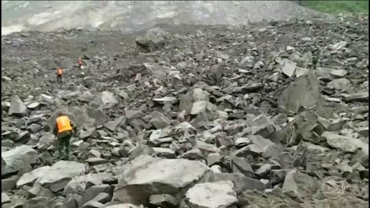 Deslizamento deixa mais de 100 soterrados na China