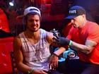 Caio Castro faz tatuagem no RiR e afirma: ' Não estou namorando'