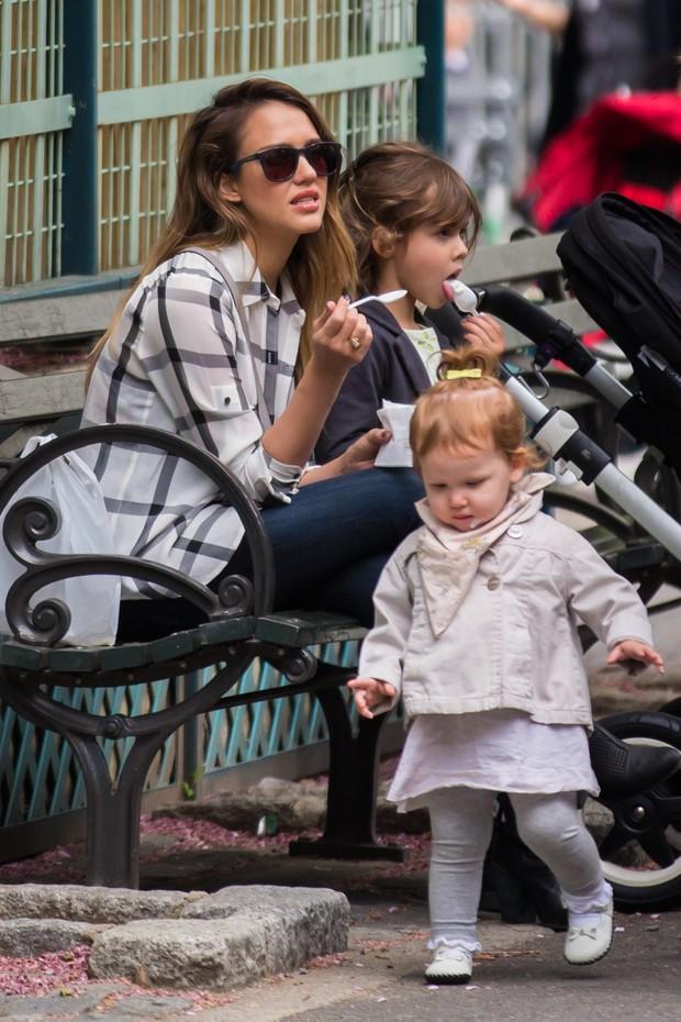 Jessica Alba com as filhas Honor e Haven em Nova York, nos Estados Unidos (Foto: Grosby Group/ Agência)