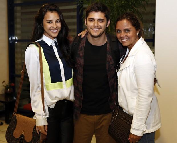 Bruno posa entre a namorada, Yanna, e a mãe, Ana, nos bastidores (Foto: Fábio Rocha / TV Globo)