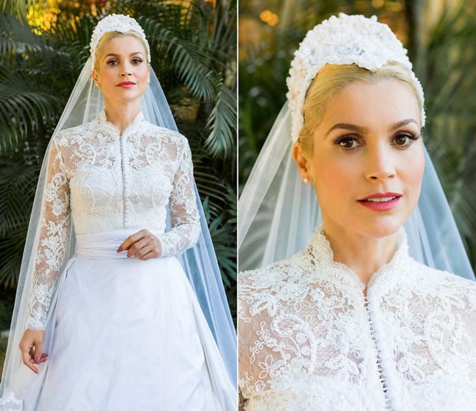 Mangas compridas com Rendas bordadas de pérolas e tiara estilo juliet cap dão o tom clássico do vestido de noiva de Sandra (Foto: Ellen Soares/Gshow)