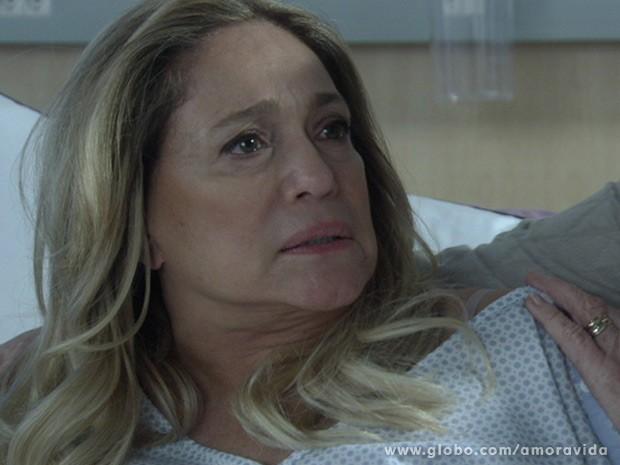 Pilar não engole a provocação e a expulsa (Foto: Amor à Vida/ TV Globo)