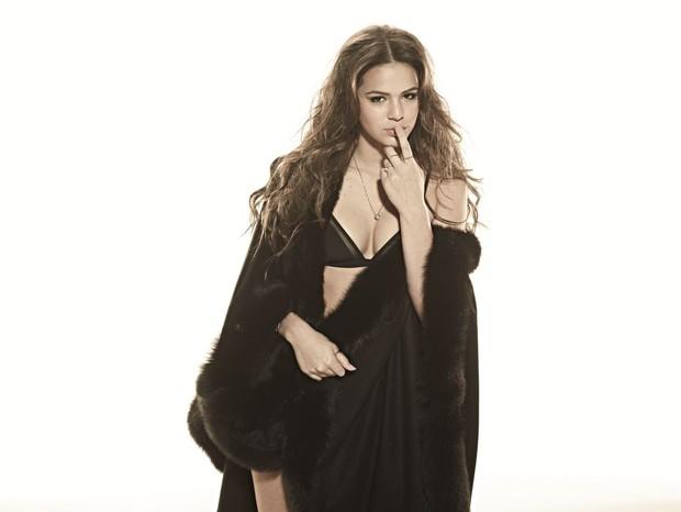 Bruna Marquezine posa sexy para revista e fala sobre Neymar: 'Lindo'