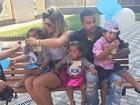 Dani Souza posta foto em família e brinca: 'Décima tentativa'