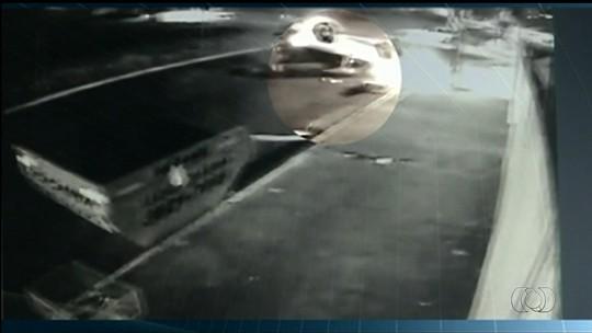 Motorista é arremessado de caminhonete que capotou várias vezes; veja vídeo