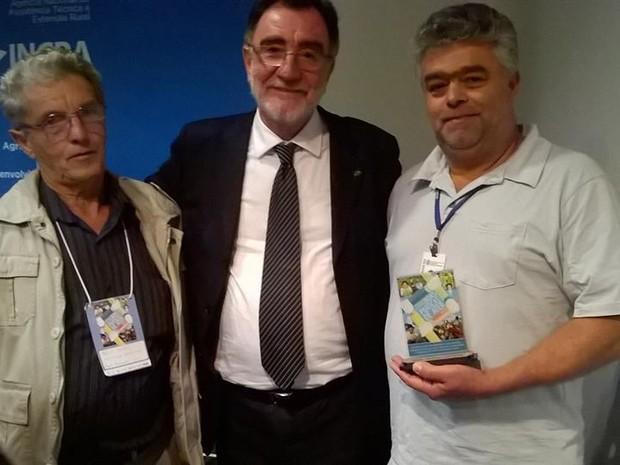 O agricultor Hélio Muniz, o ministro Patrus Ananias e o técnico da Emater-Rio, Ocimar Teixeira na premiação, em Brasília (Foto: Divulgação / Rio Rural)