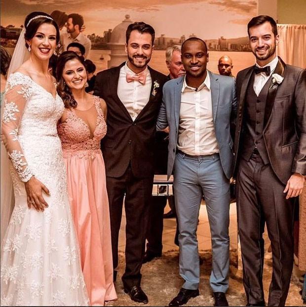Os noivos, o casal de padrinhos Vanessa Amarante e Guigo Fernandes e o cantor Thiaguinho (Foto: RoxStudio)