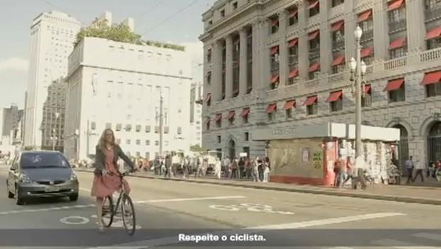Ciclistas são mostrados como pessoas comuns, e não atletas paramentados para a competição (Foto: Reprodução)