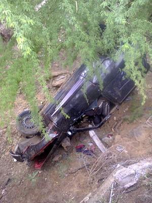 Veículo despencou de um pontilhão na RN-086, na região Seridó do estado (Foto: Marcos Silva)