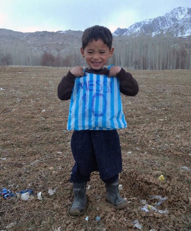a5f985068d Criança afegã fotografada com camisa de Messi improvisada conhecerá ...