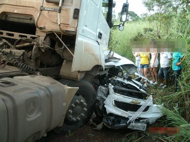 Ambos veículos ficaram destruídos com o impacto da batida (Foto: Divulgação/PRF-TO)