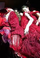Ronaldo Fraga apresenta desfile com modelos deitados 'de conchinha'