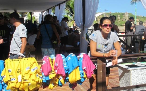 Surfista Marina Werneck trabalha no Rio Pro (Foto: Gabriele Lomba / Globoesporte.com)