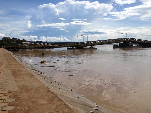 Rio Madeira está próximo da cota de transbordamento que é de 16,40 metros (Foto: Ivanete Damasceno/G1)