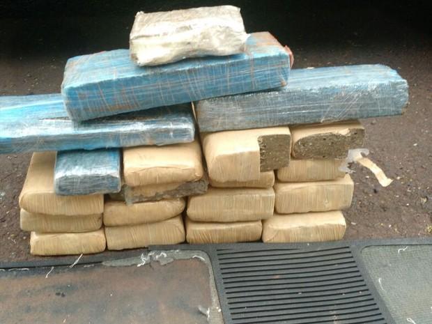 Ao longo de três meses, foram apreendidas vários tabletes de drogas que eram transportados por traficantes (Foto: Divulgação/Denarc)