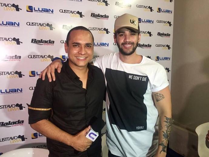 Apresentador Menilson Filho bate papo com o cantor Gustavo Lima  (Foto: TV Sergipe)
