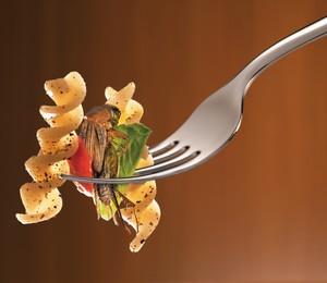 ESTÁ SERVIDO? Um dos grilos desidratados que usei como ingrediente em meu jantar. A textura é crocante,  e o sabor lembra uma mistura de rúcula com pistache (Foto: Dulla/ÉPOCA. Produção: Felipe Monteiro e Jairo Billafranca para Studio Bee Produções; pratos e talher: Doural; alimentos (grilo, tenébrios): Exotic Pets)