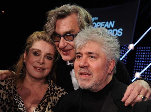 Catherine Deneuve, Wim Wenders e Pedro Almodóvar no European Film Awards (Foto: APF)