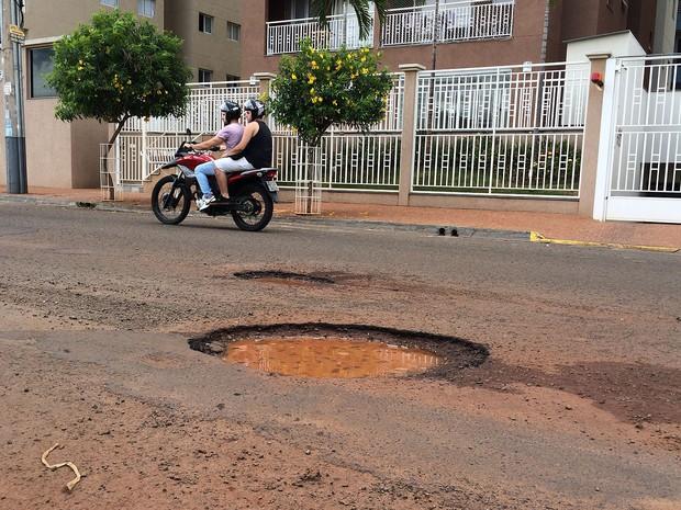 Rua Magda Perona Frossar, no Jardim Nova Aliança, concentra grandes buracos em Ribeirão Preto (Foto: Thaisa Figueiredo/G1)