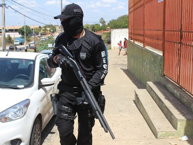 Policiais reforçaram a segurança nas proximidades da Casa de Custódia de Teresina (Foto: Gustavo Almeida/G1)