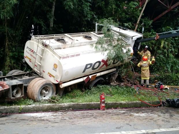 Caminhão atingiu àrvores às margens da Rio-Santos (Foto: Divulgação/PRF)