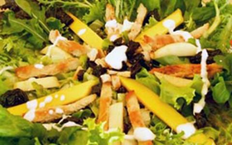 Salada de frango com manga e maçã