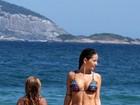 De biquininho, Erika Mader namora na praia