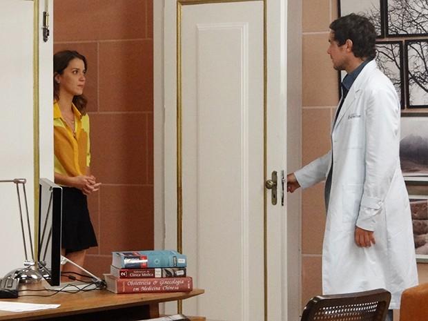 A jornalista bate na porta do consultório do clínico e o pega de surpresa (Foto: Hellen Couto/Gshow)