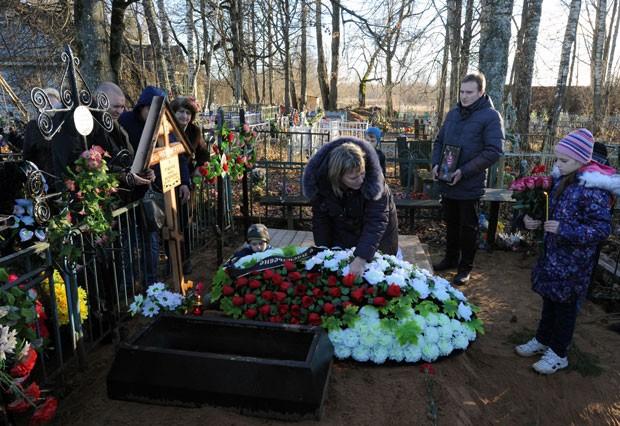 Enterro de Nina Lushchenko, que tinha 60 anos e trabalhava na cantina de uma escola (Foto: Dmitry Lovetsky/AP)