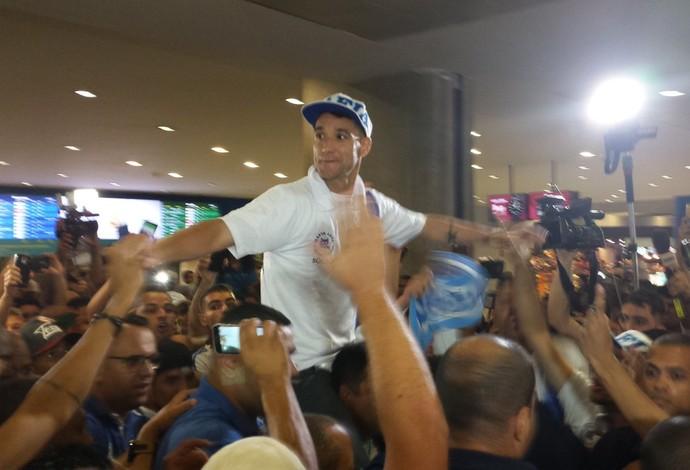 Thiago Neves é carregado pela torcida do Cruzeiro ao desembarcar em Confins (Foto: Diogo Finelli)