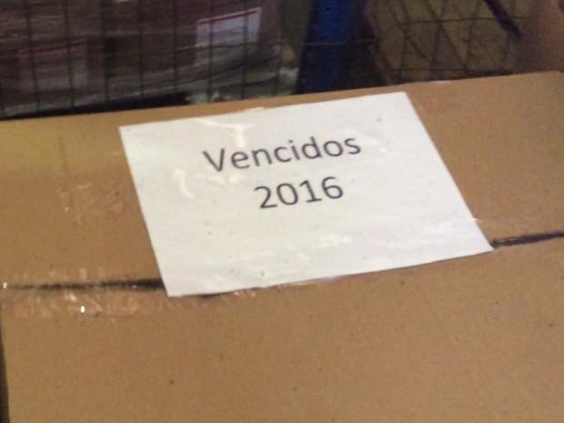 Um dos lotes de remédios vencidos encontrados em depósito da secretaria (Foto: Divulgação)